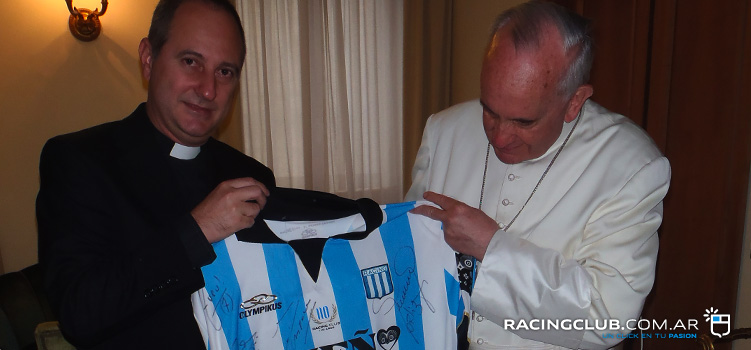 Francisco y Gabriel, con una camiseta del Racing Club