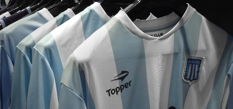 La camiseta Topper de Racing, a la venta en Brasil
